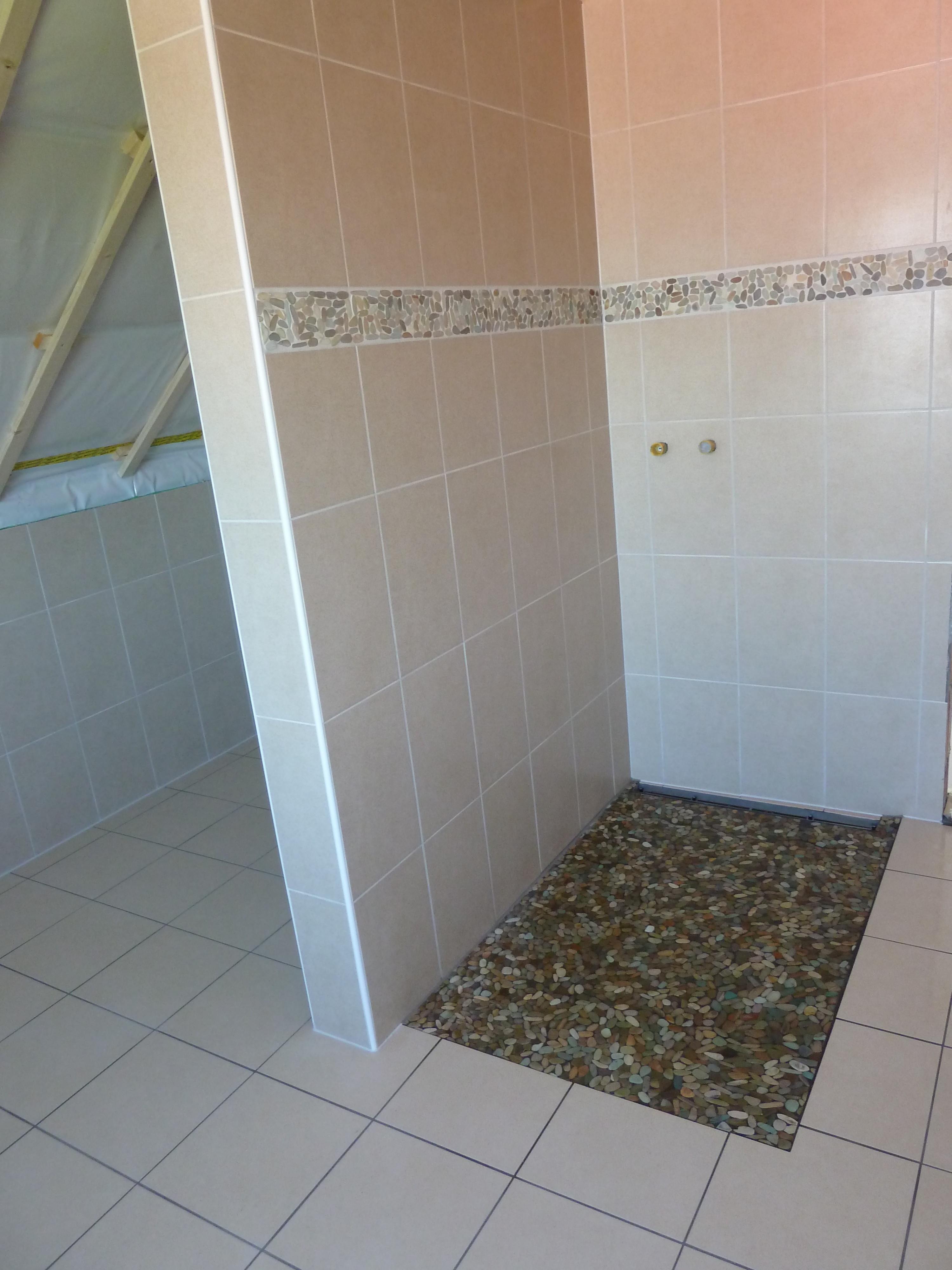 Un autre type de bac de douche avec des galets