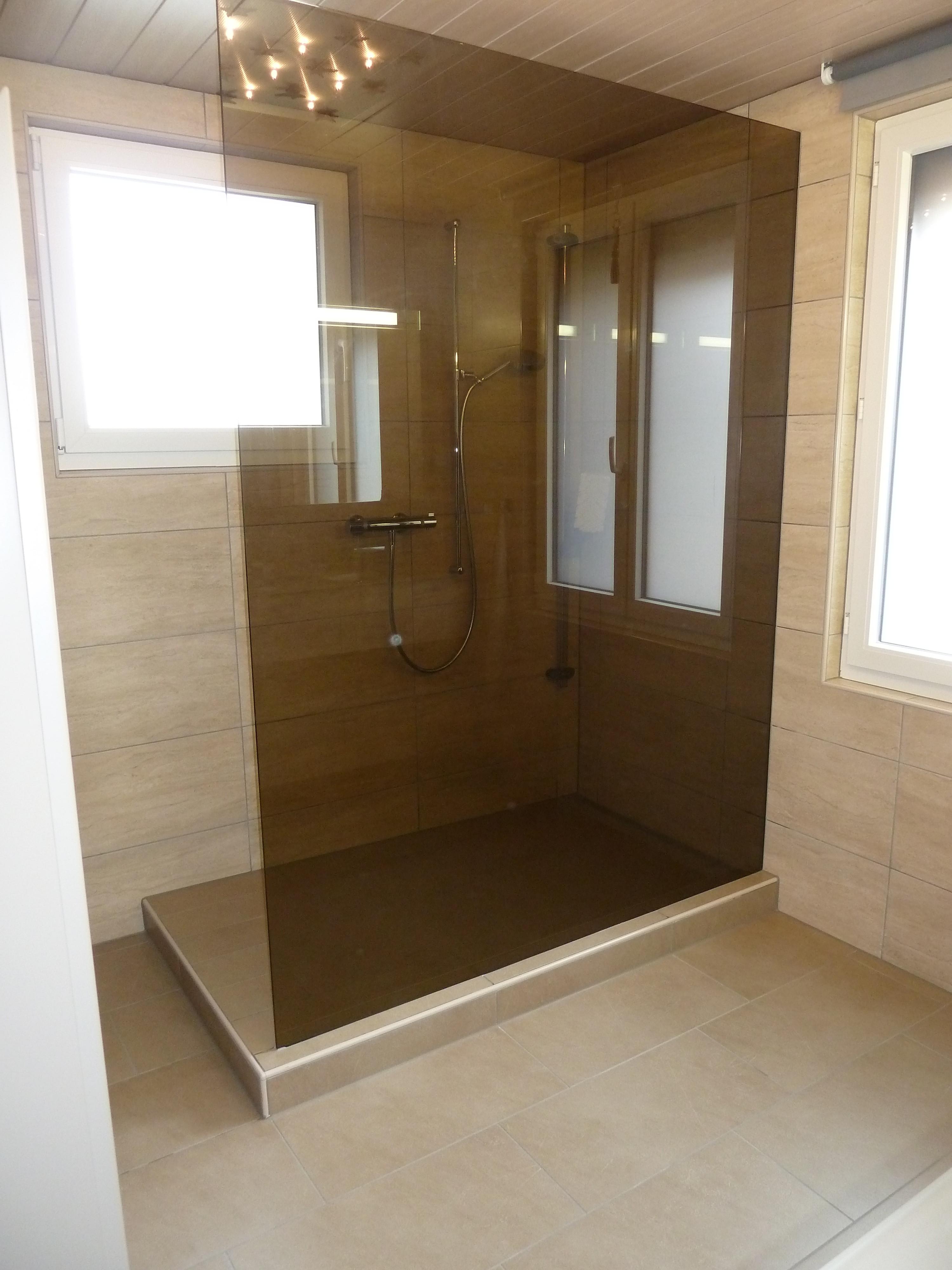 Douche sur socle et verre teinté sur mesure