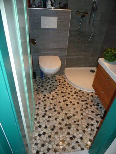 Salle de bains avec un sol en galets