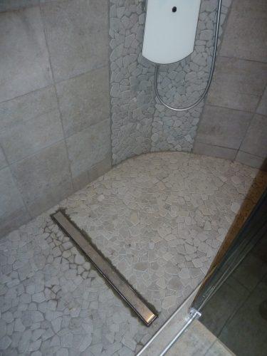 Fond de douche en galets